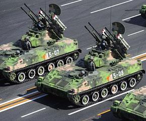 高清图:履带自行高炮方队通过天安门广场