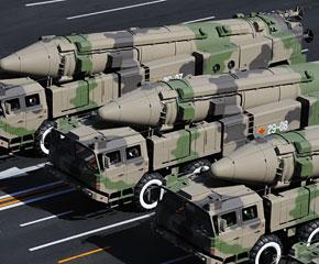 高清图:某新型中远程地地常规导弹方队受阅