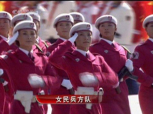 组图:徒步14女民兵方队