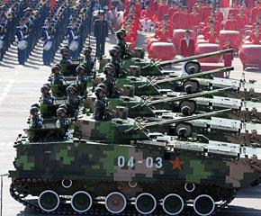 高清图:履带步战车方队驶入天安门广场