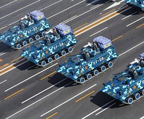 高清图:空降兵战车方队通过天安门广场