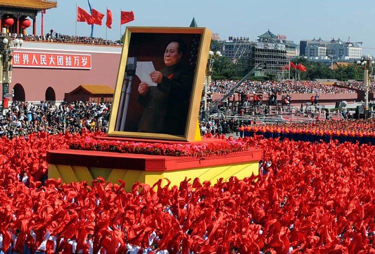 游行群众簇拥着毛泽东巨幅画像走过天安门广场。新华社记者陈树根摄