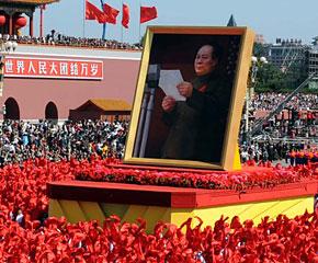 高清图:四位领导人画像出现在游行队伍中