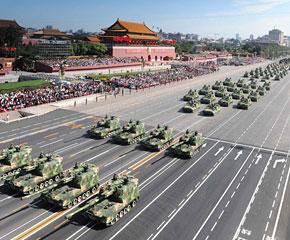 高清图:履带自行加榴炮方队经过天安门广场