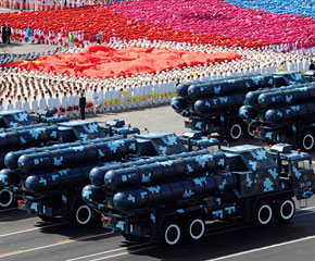 高清图:红-9地空导弹方队接受检阅