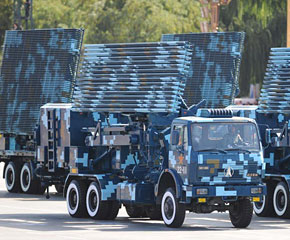 高清图:机动雷达方队接受检阅