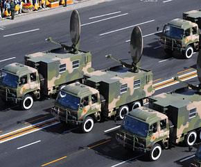 高清图:通信兵方队在长安街上行进