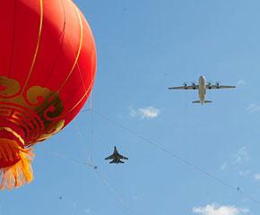 高清图:预警机梯队飞过天安门广场上空