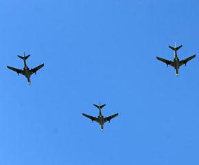 高清图:轰炸机梯队飞过天安门广场上空
