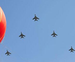 高清图:歼轰机梯队飞过天安门广场上空
