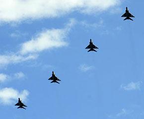 高清图:歼-8F战斗机飞过天安门广场上空
