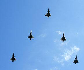 高清图:歼-10战斗机飞过天安门广场上空