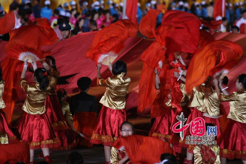 国庆联欢晚会于今天晚上20时在北京天安门广场举行,晚会正式开始前,天安门广场成为了红色的海洋。中国网 杨佳/摄影