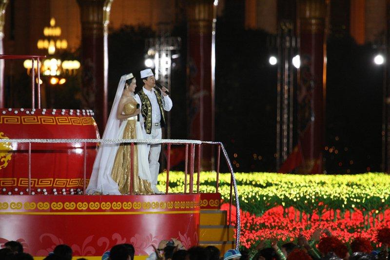 天安门广场上唱响嘹亮的歌曲。中国网 杨佳 摄影