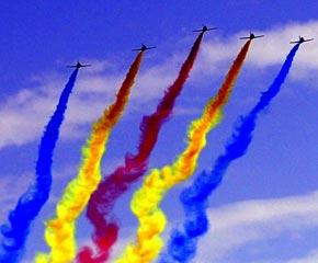 高清图:女飞行员驾教练机飞越天安门广场上空