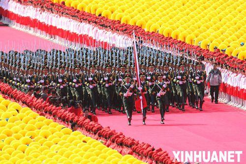 组图:国旗护卫队护卫国旗走向旗杆