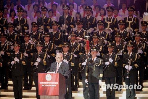 十月二日晚,香港同胞庆祝中华人民共和国成立六十周年文艺晚会在香港举行。图为董建华在晚会上致辞。 中新社发 张勤 摄