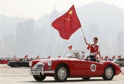 香港逾万人巡游庆祝国庆 刘德华手持国旗亮相