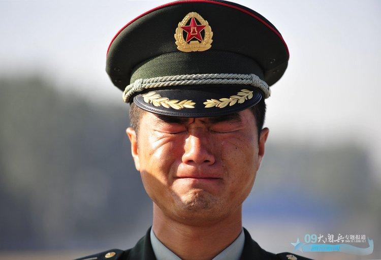 一名二炮军官为先行的战友送行,泪流满面。