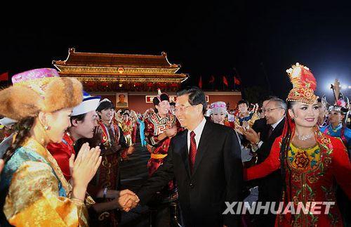 藏族姑娘忆国庆晚会与胡锦涛跳舞:表现紧张了