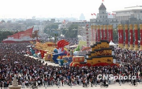 从2日至5日,天安门广场的日客流量已连续四天突破150万人次。中新社发 陈晓根 摄
