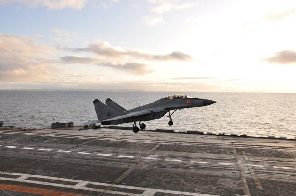 高清图:印度最新舰载战机首次航母上起降飞行