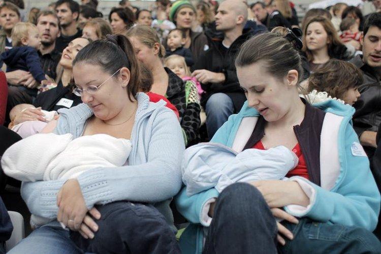 高清图:世界母乳喂养周 法国母亲集体喂乳 国