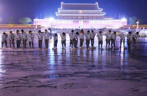 """2009年10月22日晚,天安门广场开始""""十一""""黄金周后首次大规模清洗。 21辆清扫车和20名身着灰色制服、脚蹬黑胶鞋的清洁工开始清洗。"""