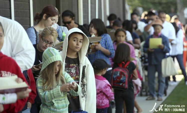 2009年10月26日,美国,工业城:数百民众排队等待注射甲型H1N1流感疫苗。