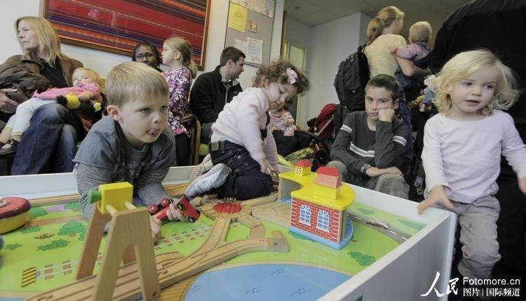 2009年10月26日,美国,芝加哥:大人和小孩在西北儿童诊所等待接种甲流疫苗。