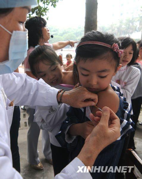 组图:各地开始接种甲流疫苗