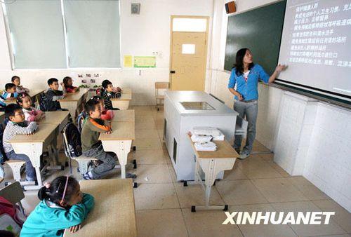 10月30日,上海市梅陇中心小学的学生在观看学校制作的甲型H1N1流感防控知识幻灯片。新华社记者刘颖摄