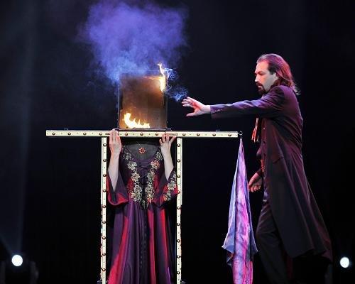 11月5日晚,意大利魔术家阿尔贝托·乔治表演