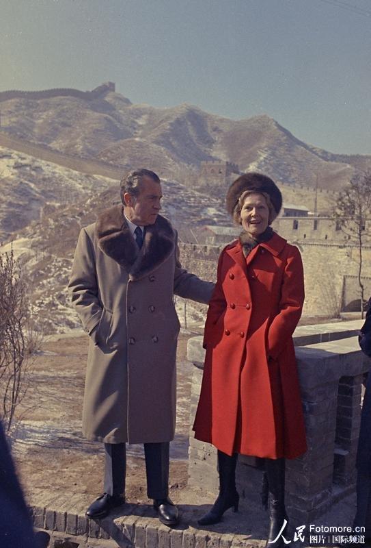 1972年2月21日,美国总统尼克松和夫人参观游览长城。人民图片