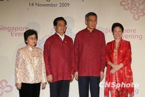 李显龙伉俪迎接胡锦涛和夫人刘永清