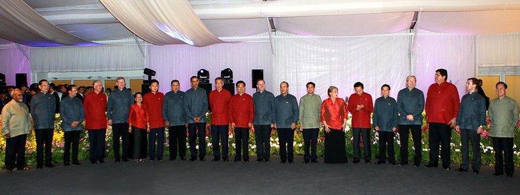 这是与会各成员领导人身着新加坡特色服装集体合影。新华社记者鞠鹏 摄
