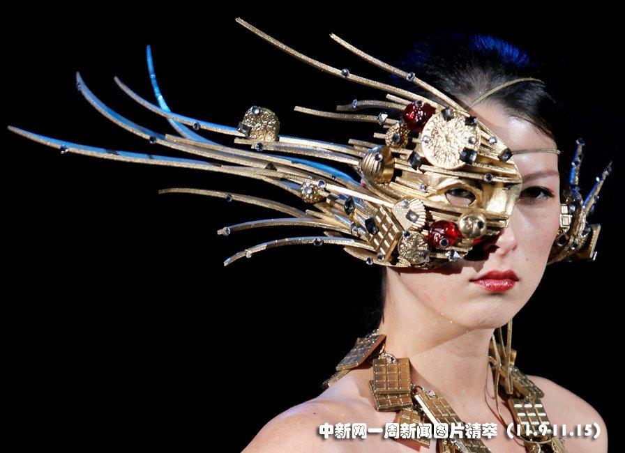 """9日(周一),靓模在东京""""糖果时装秀""""上展示作品。图片来源:中国新闻网"""