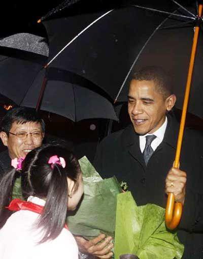 联合早报:奥巴马雨中抵沪开始访华之旅(图)_国内