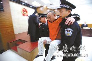男子拒捕跳下楼摔断双腿 法警抬他上法庭受审