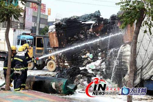 广州白云区一大货车自燃 堵瘫一条路(组图)