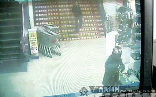 男子闯商场当众抢走金饰 作案过程不到半分钟