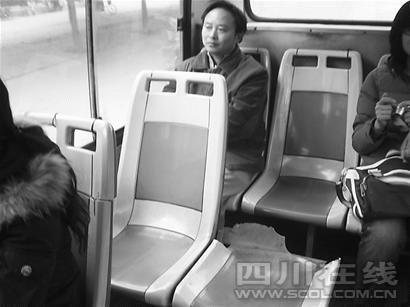 网帖曝成都最烂公交车 座位靠背都没有(图)