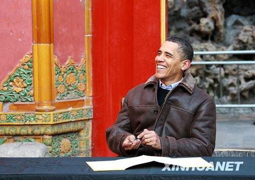 11月17日,正在中国进行国事访问的美国总统奥巴马参观北京故宫。这是奥巴马在留言簿上留言。新华社记者庞兴雷摄