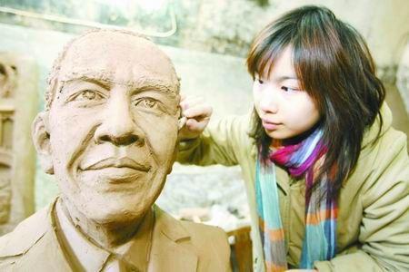 郑州女孩用黄河泥雕出奥巴马头像(图)