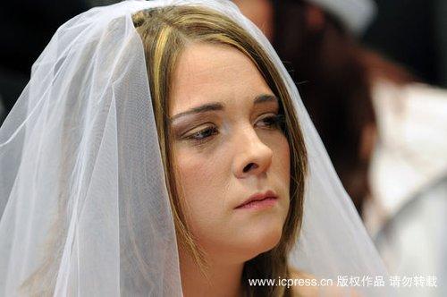 组图:法国痴情女男友遇车祸丧生 嫁给照片