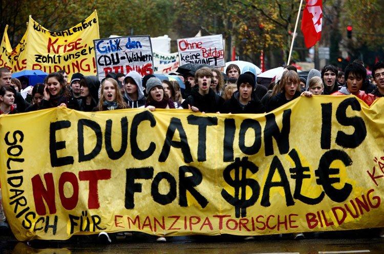 """当地时间周二,德国科隆的学生在街上举行了罢课游行,抗议学制被缩短并且反对缴纳学费。学生们打出了""""教育不能被买卖""""的标语。"""