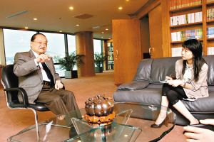 金庸:香港回归后港人怕老婆不怕政府