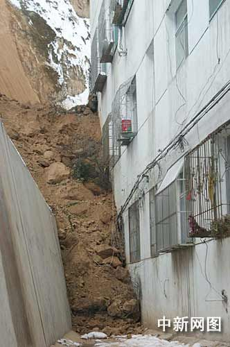 山西吕梁离石区一家属院发生山体滑坡 致1人死亡