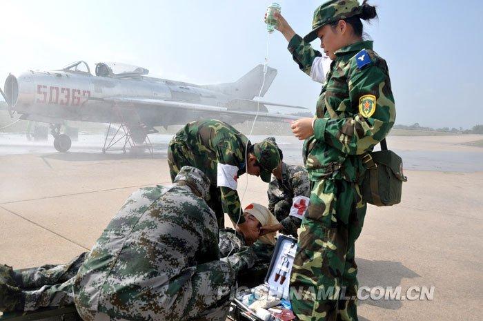 火势得到控制后,医护人员迅速爬上飞机并撬座舱盖