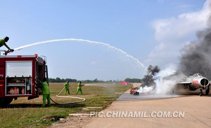 """飞机""""着火""""后,消防人员立即展开扑救"""
